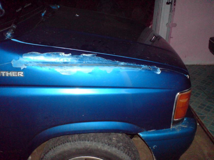 Goresan luka hasil serempetan. Luka dari ujung depan mobil sampai menjelang spion.