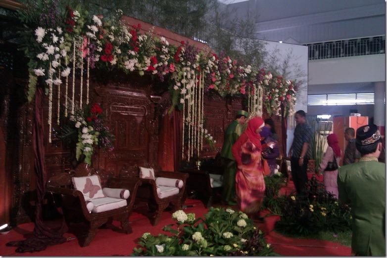 Resepsi Pernikahan Megah Nan Sederhana (6/6)