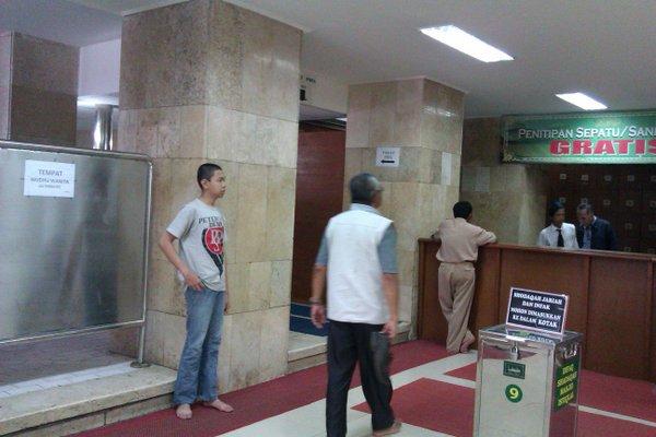 Lantai dasar - depan pintu Al Falah