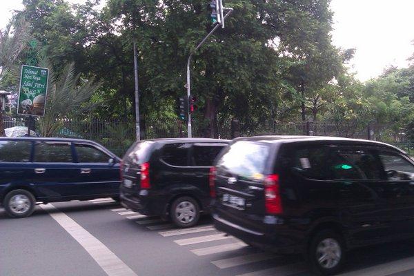 Percuma ada lampu lalu lintas yg pencet-able ini