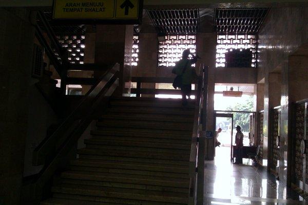 Sebelah kiri adalah tangga menuju tangga utama.