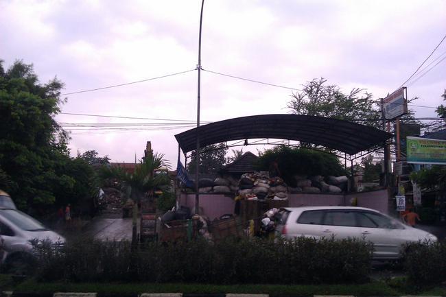 Dan beginilah tipikal penampungan sampah di Indonesia. Menyedihkan!