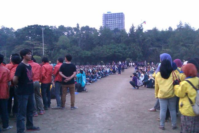 Barisan Maba (Dipotret dari bagian depan) Dikelilingi Massa Himpunan dan Dijaga Panitia Keamanan
