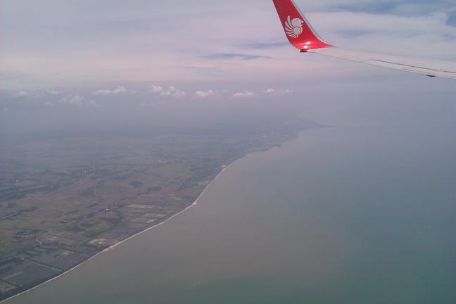 Terbang di atas Pantai Cermin