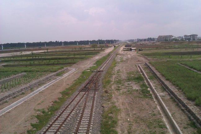 Rel Kereta dan Taman Bunga