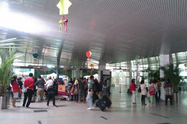 Gerbang masuk bandara, dijaga petugas