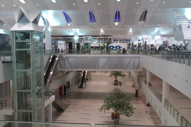Dua lantai bandara, bisa naik ke atas anjungan keberangkatan dari dalam anjungan kedatangan