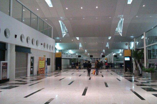 Koridor menuju gate internasional dan imigrasi