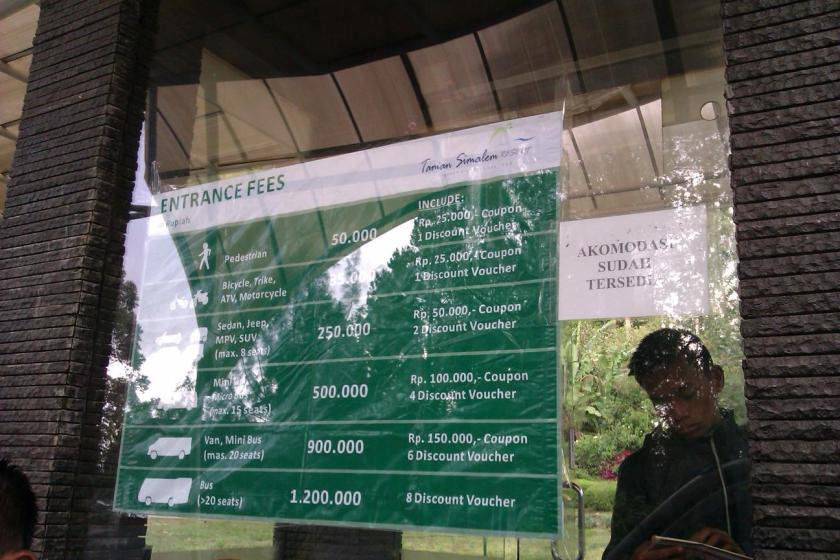 Harga tiket masuk yang terpampang di gerbang depan