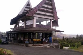 Kafe Toba di samping taman