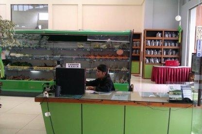 Kasir toko, rak buah, dan rak teh