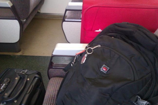 Tiga barang bawaan saya nih: ransel, koper besar (merah), dan koper kecil