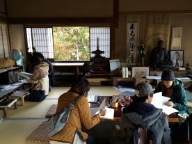 Anak Jepang mengisi buku