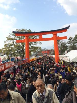 Ribuan jemaat di Fushimi Inari