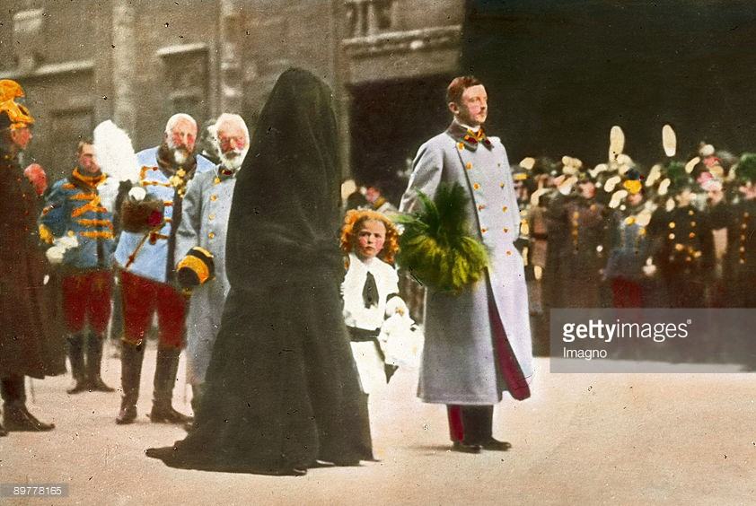 Das Begr‰bnis von Kaiser Franz Joseph I. Kaiser Karl I mit Kaiserin Zita und  Kronprinz Otto beim Trauerzug vor dem Stephansdom. Handkoloriertes Glasdiapositiv. 30. November 1916. Emperor Franz Joseph¥s funeral. Emperor Karl I., Empress Zita, crown prince Otto at the funeral procession in front of the St. Stephen's Cathedral. Hand-colored lantern slide. November 30th 1916.