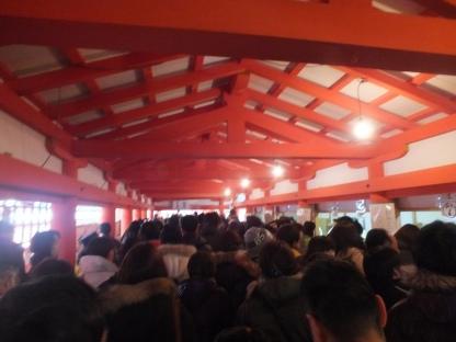 Jemaah di dalam Itsukushima Shrine