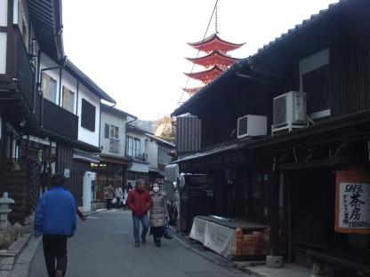 Pagoda di balik pertokoan