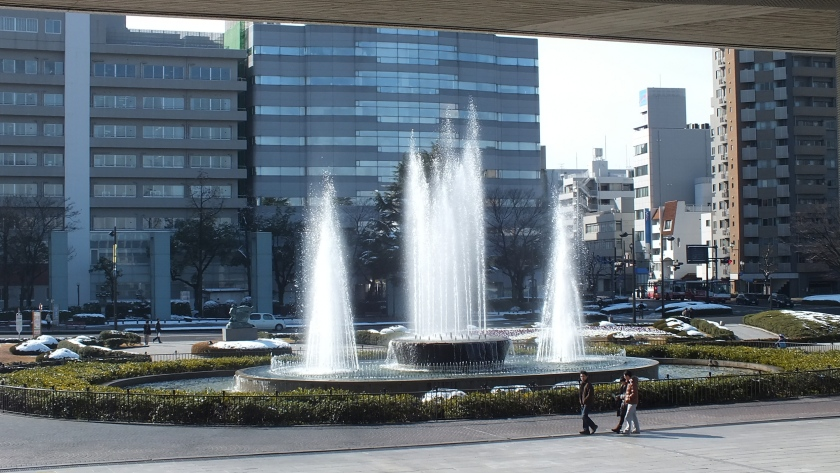 Patung ibu, air mancur, dan dari bawah museum.JPG