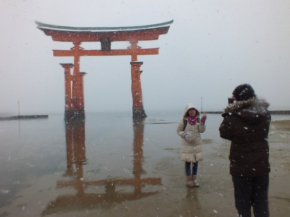 si Mbak dan sidik di torii miyajima
